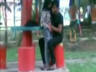 Vid gal 26. Desi couple in park kissing