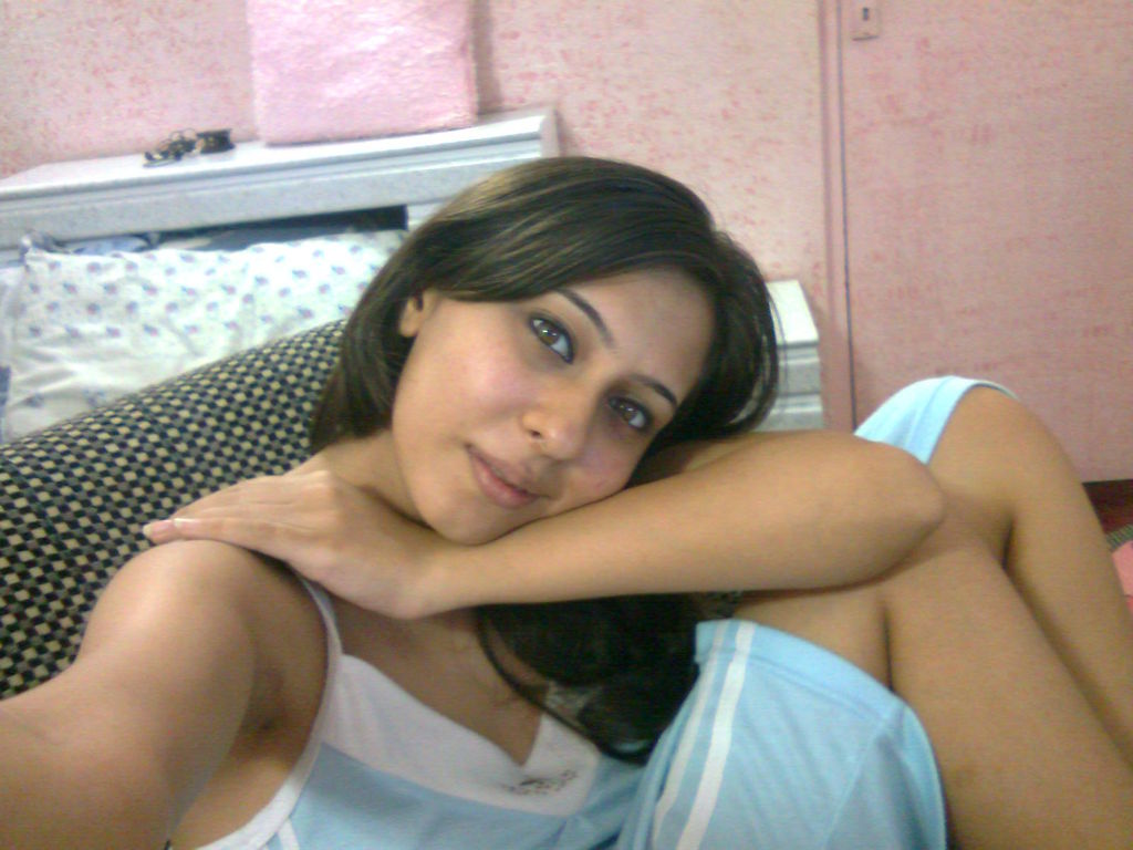 Pic gal 80. Hot indian girl posing in bedroom