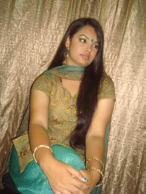 Pic gal 225. Excited juicy indian girl giving excited poses before she gets naked
