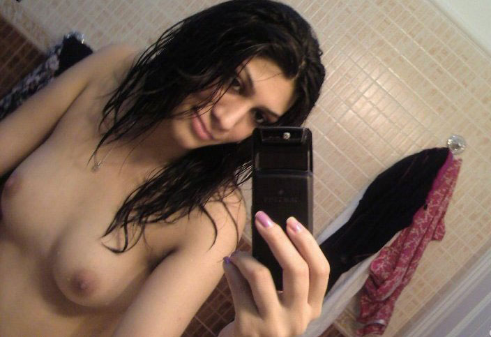Pic gal 293. Exciting indian girl rubbing her kitty in shower